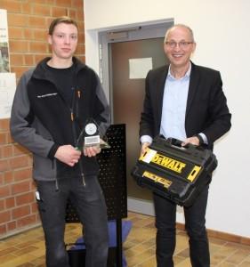 Tim Jonas Walbersdorf (links), freute sich über den 2. Platz beim Landeswettbewerb der  Beton- und Stahlbetonbauer in Bielefeld. Akkuschrauber und Glaspokal überreichte AWZ Bau-Geschäftsführer Horst Grübener.